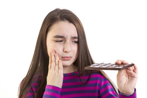 甘いものを食べたら歯がしみるそれって知覚過敏じゃないかも