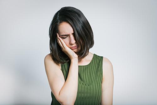 歯列矯正をしている時に感じる痛みの原因は4つの痛みのリスクと対処法を解説