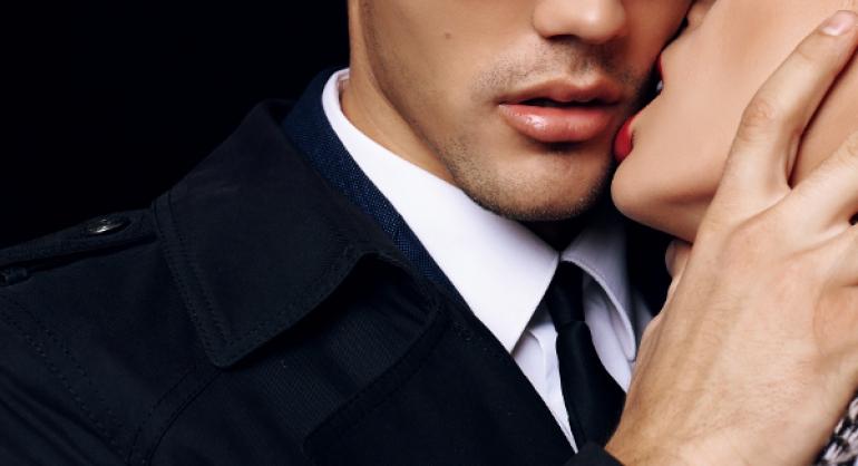 スーツを着た男性の頬にキスをする女性