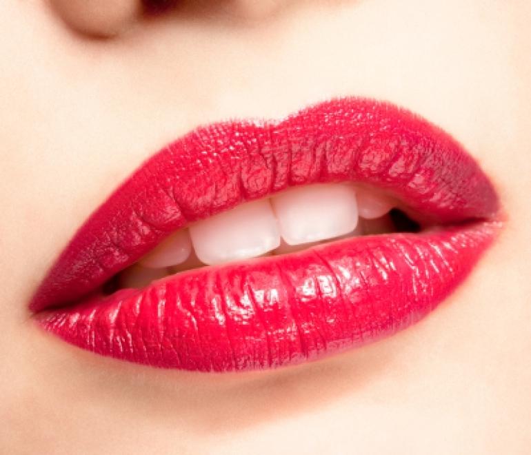 赤い口紅を塗った唇