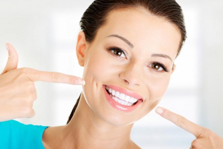 白い歯をアピールする女性