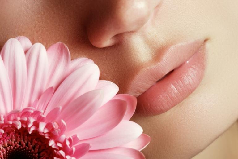 ピンクの花と唇