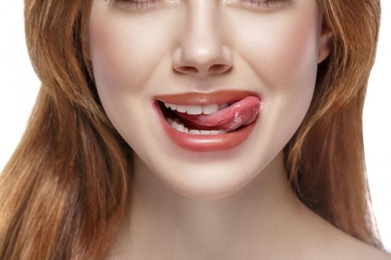 舌舐めずりする女性