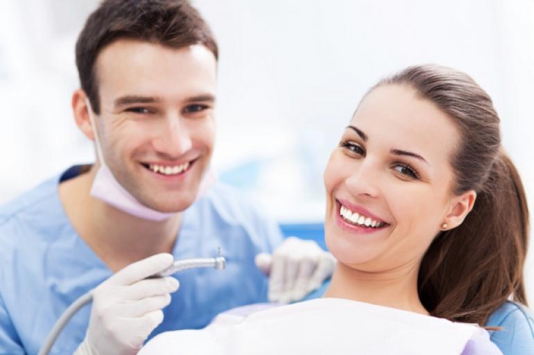 笑顔の患者と歯科医師