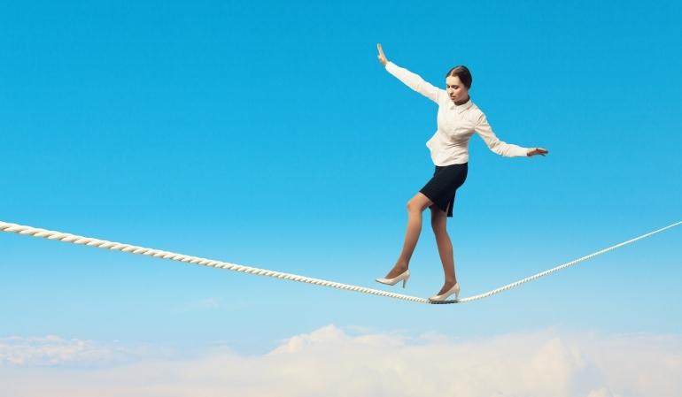 綱渡りする女性