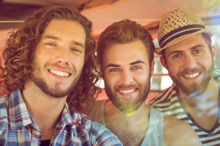 笑顔の男性3人