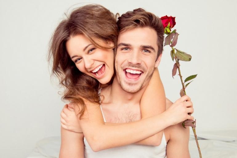 背後から抱きつく女性と嬉しそうな男性