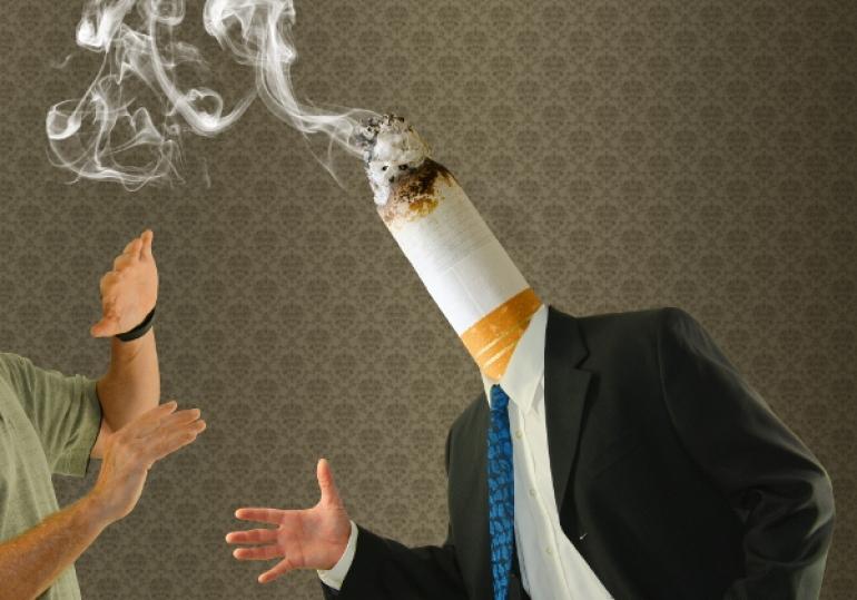 頭がタバコの男と嫌がる人