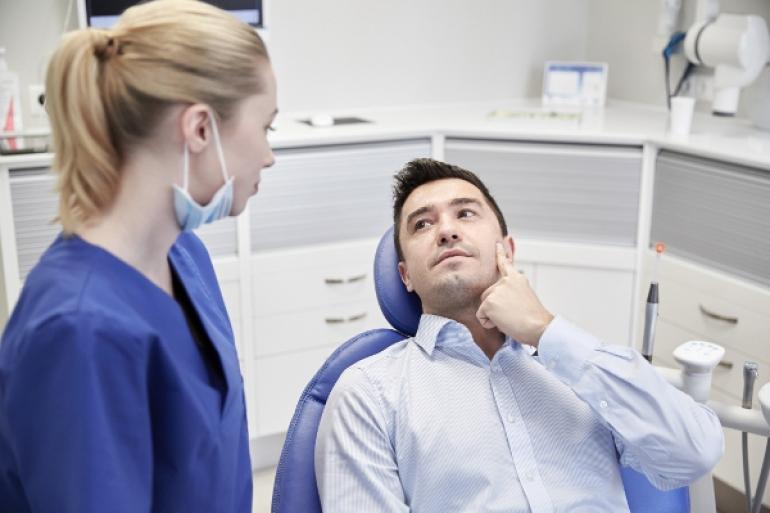 女性歯科医師と男性患者