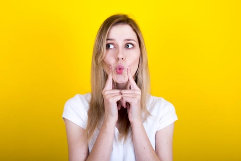 口をすぼめる女性
