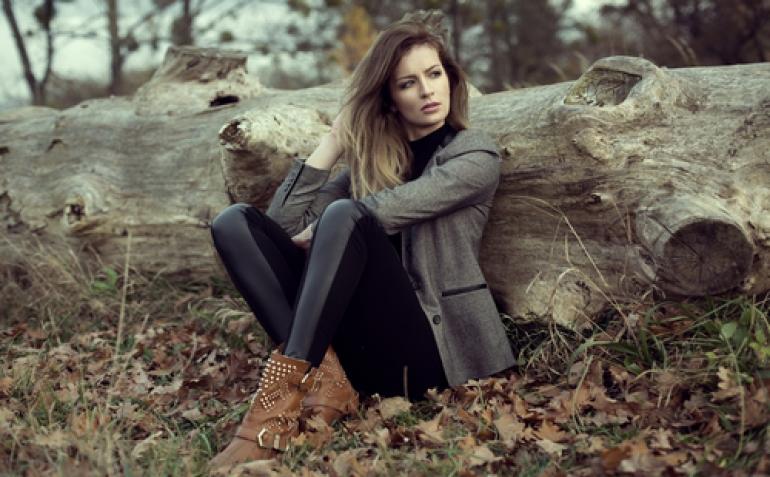 枯木にもたれる女性