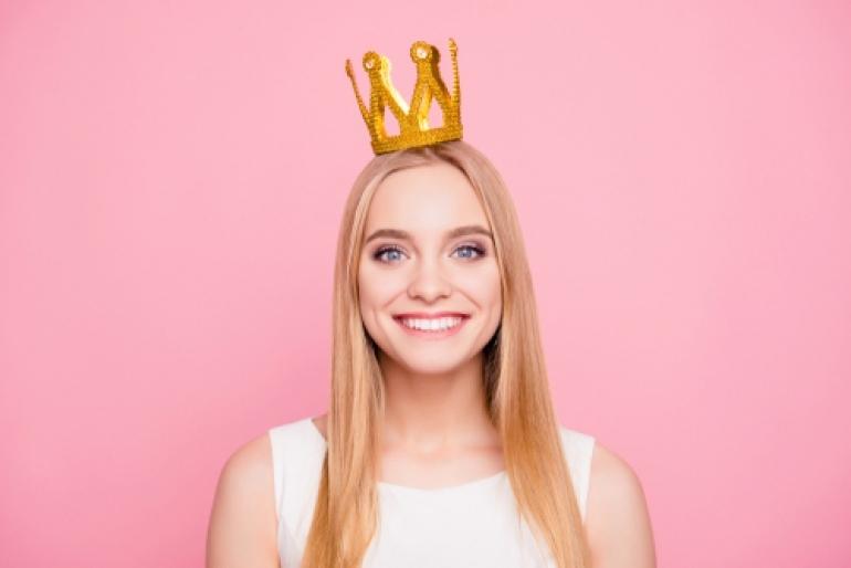 冠をかぶった女性
