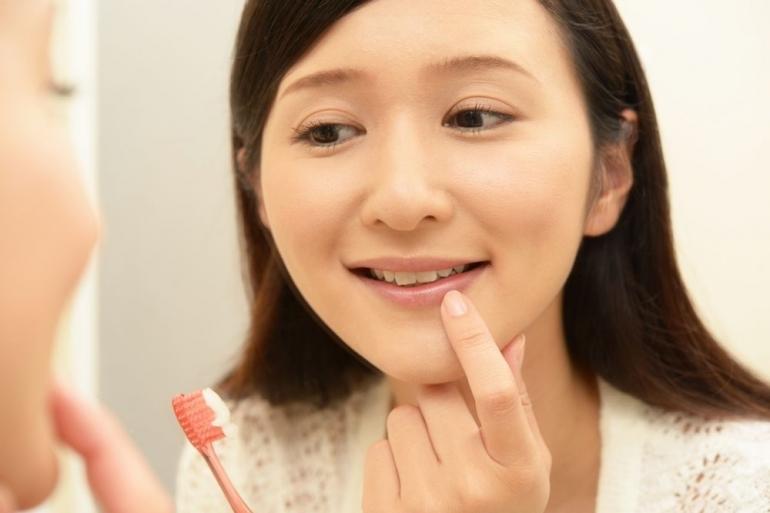 歯を確認する女性