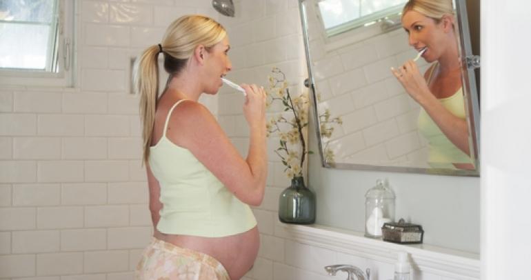 歯を磨く妊婦