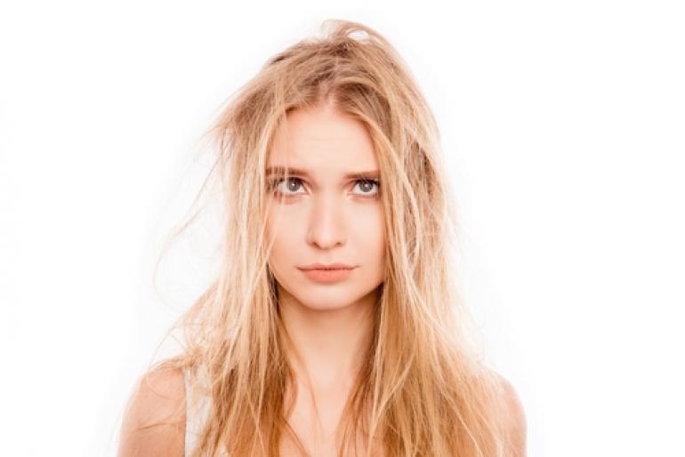 髪がボサボサの女性