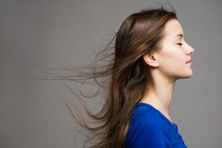 髪をなびかせる少女