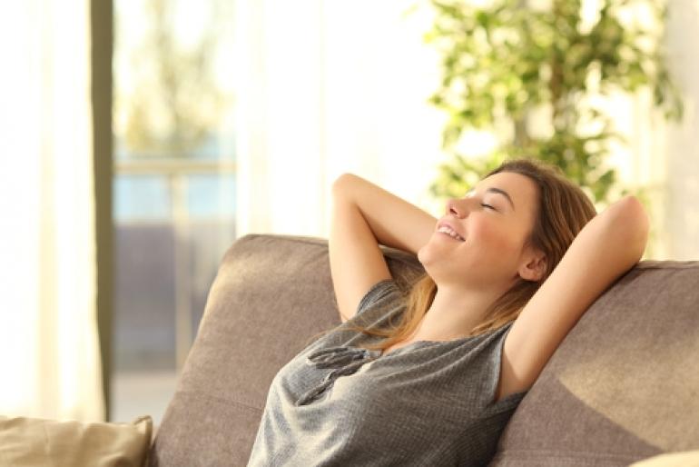 リラックスしている女性