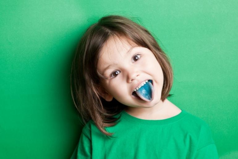 舌を出す少女