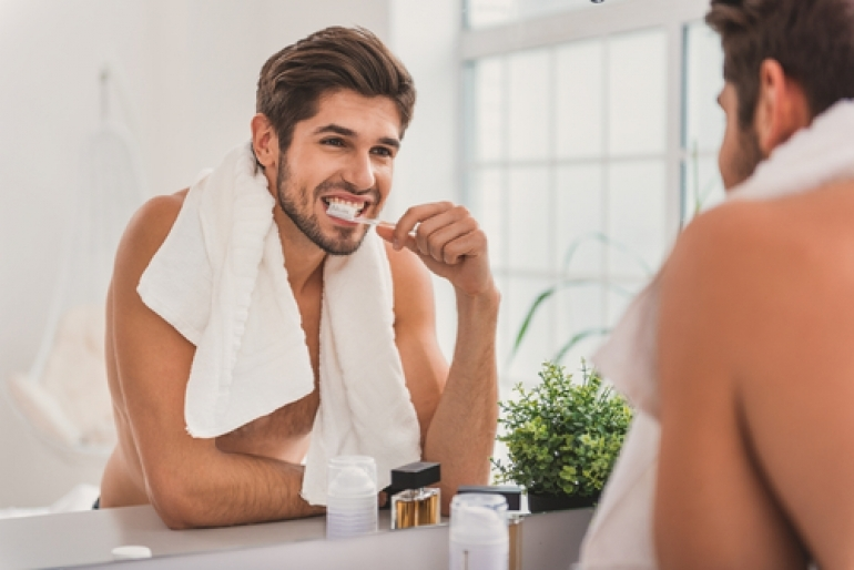 歯みがきをする男性