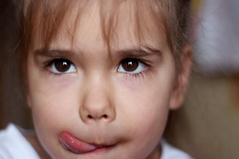 舌なめずりする子ども