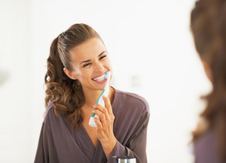 歯みがきする女性