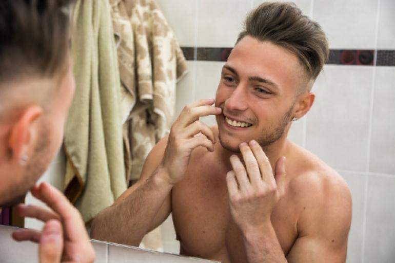 歯を確認する男性