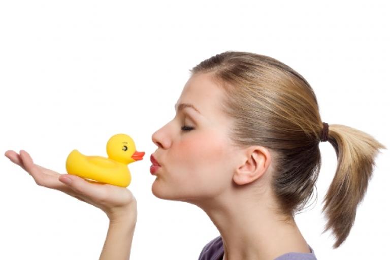 アヒルとキスする少女