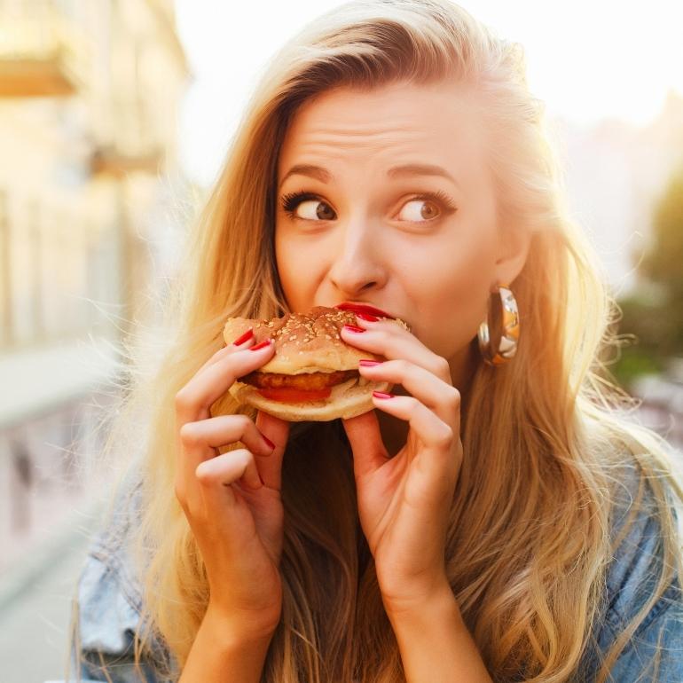 食べる女性